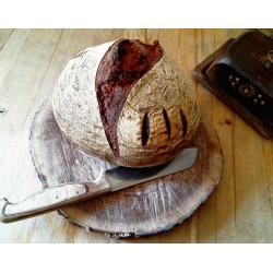 Ručně vykulovaný kvasový chléb 750g pšeničnožitný v poměru 62:38.
